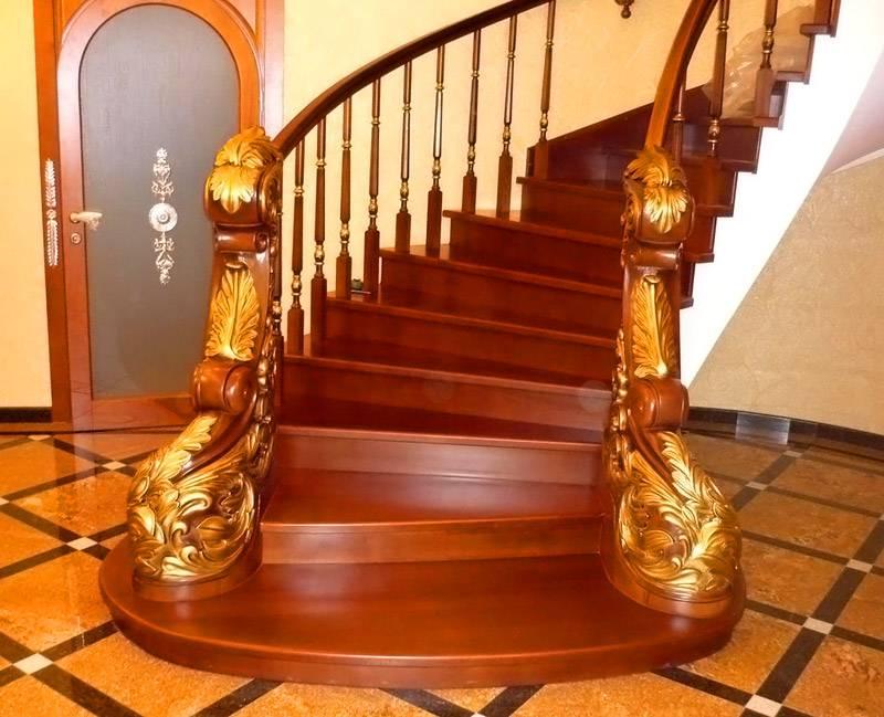 Деревянная лестница подходит как для роскошных интерьеров, так и для бюджетных вариантов