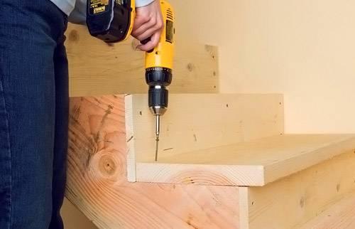 Сборка лестничной системы. Для крепежа поворотных ступеней вырезаются пазы. От стены выкладываются опоры под забежные ступени. Внутренняя сторона обрабатывается клеем и монтируется в распилы. Внешняя часть фиксируется саморезами.