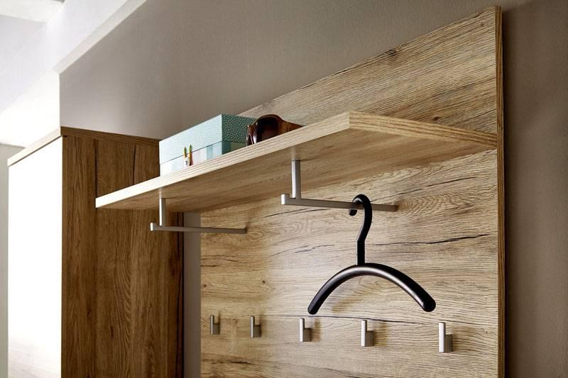 Открытые полки и вешалки помогают создать больше свободного пространства