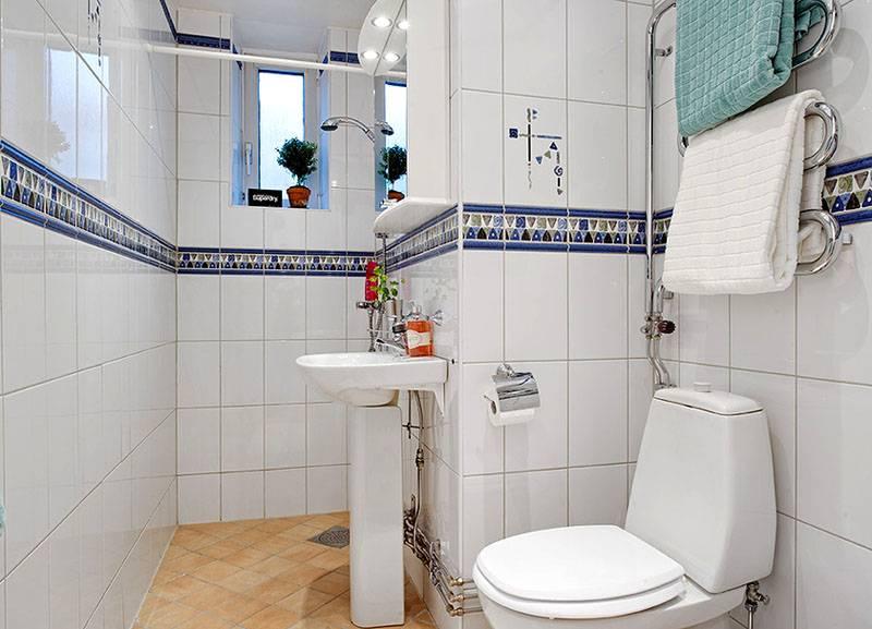 Белая облицовка с небольшими акцентами украсит любую ванную