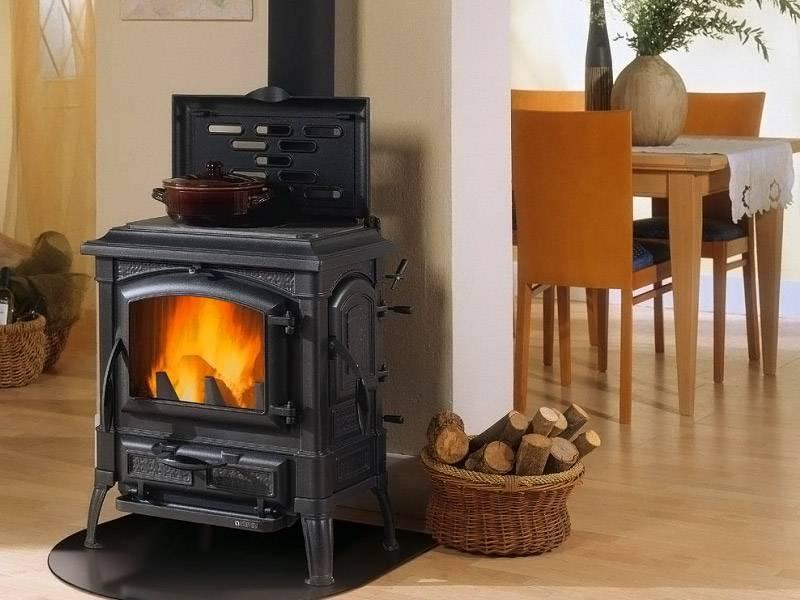 Печь на дровах можно использовать, когда еще не проведено основное отопление, а потом она станет отличным элементом декора