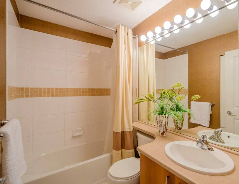 Плитка для маленькой ванной подобрана в нейтральных тонах