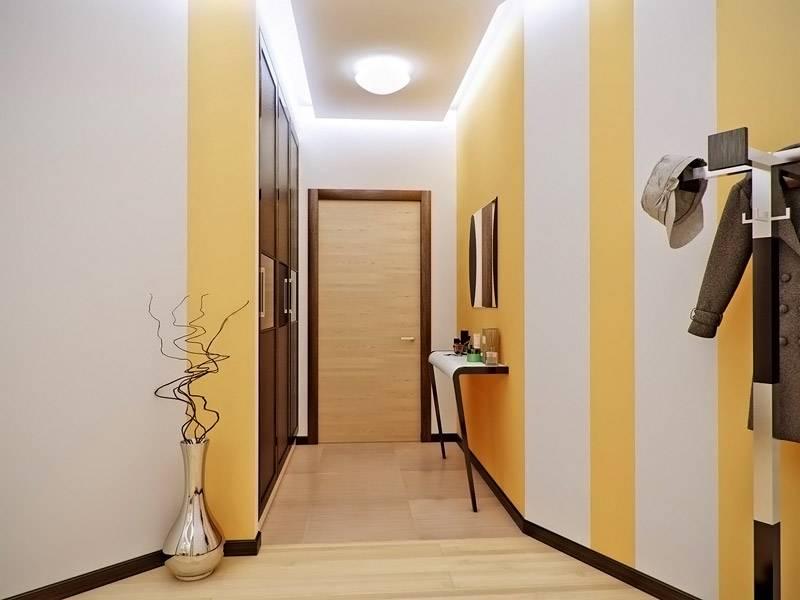 Комнату освещает компактная люстра с плафоном, которая создает хорошо освещенную обстановку