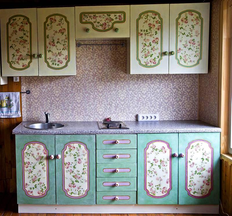 Качественный декупаж кухонной мебели своими руками на фото демонстрирует потенциальные возможности технологии