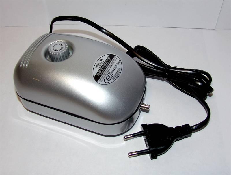 Компактный аквариумный компрессор. В некоторых моделях есть регулировка производительности