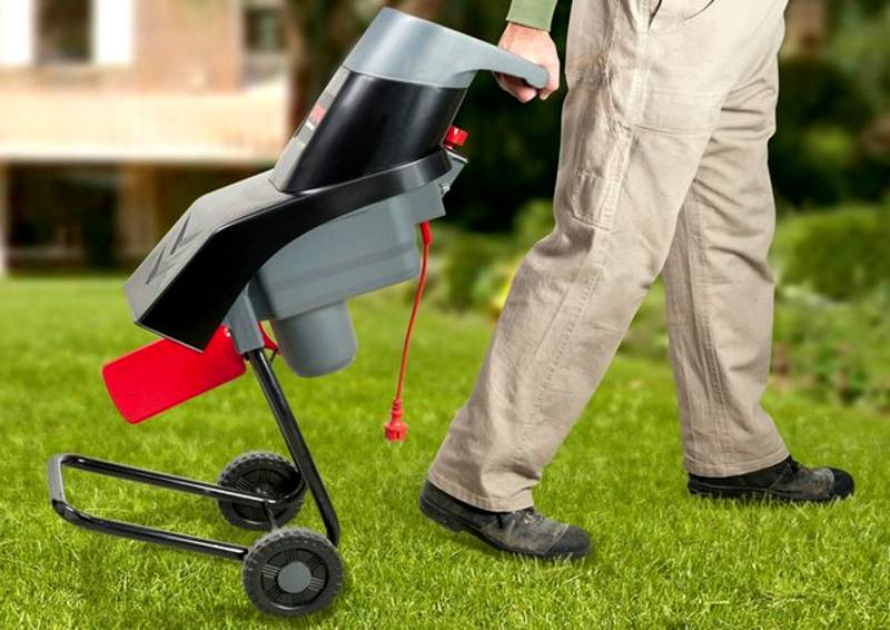 Одним из преимуществ электрического садового измельчителя (шредера) является его небольшой вес