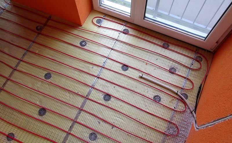 Радиус поворота при использовании гофры для электропроводки фактически ограничен только официальными инструкциями производителя кабеля. Подобную линию, применив, обычную пластиковую трубку, создать сложно