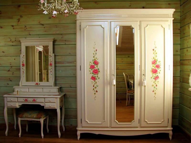 Чтобы внешний вид получился гармоничный, используют идентичные декоративные элементы. Романтичные розы хорошо подходят для оформления мебели в спальне