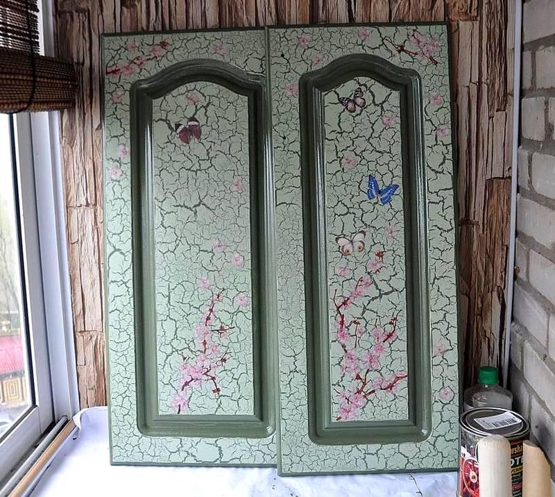 Кракелюр на кухонных фасадах. Чтобы не ухудшать состояние атмосферы в жилых комнатах, краски и другие технологические материалы наносят в других помещениях. В городских квартирах для этого используют утепленный балкон