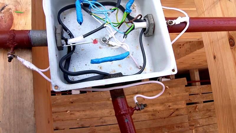 Для монтажа линий рядом с деревянными и другими горючими конструкциями используют металлические трубы. Создавать повороты будет проще, если работать с гофрой
