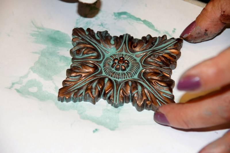 С помощью искусственной патины стандартное изделие превращается в «старинную» бронзу