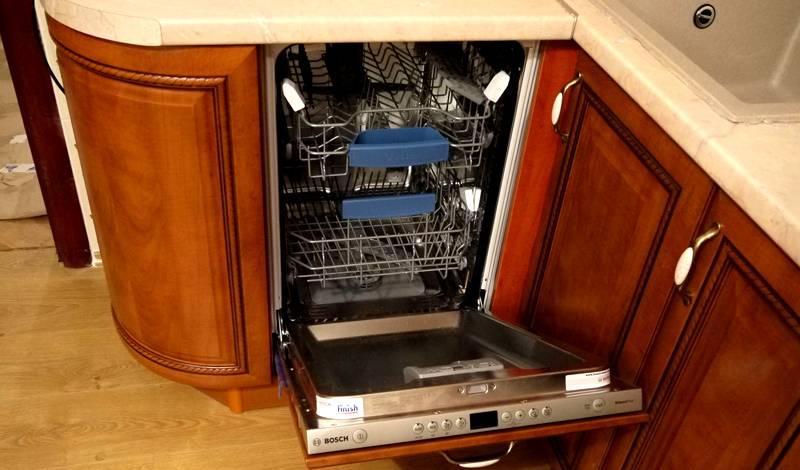 Особенно внимательно проверяют размеры посудомоечной машиныпри установке техники в угловых частях мебели