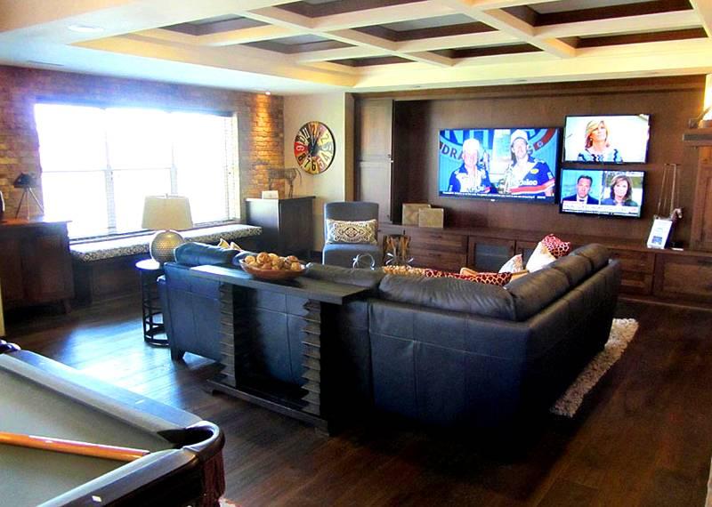 В большой общей комнате достаточно места для установки бильярдного стола, доски для игры в дартс, трех телевизоров