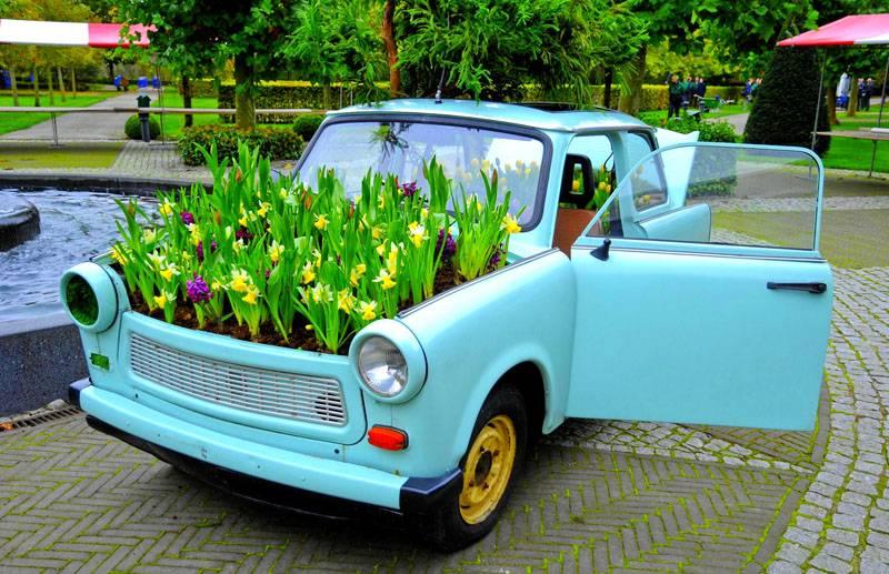 Кузов старого автомобиля тоже может стать цветником