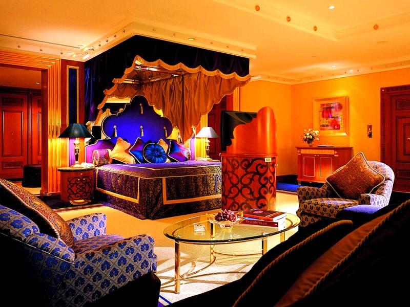 В индийских интерьерах много подушек, богатых тканей, ярких красок