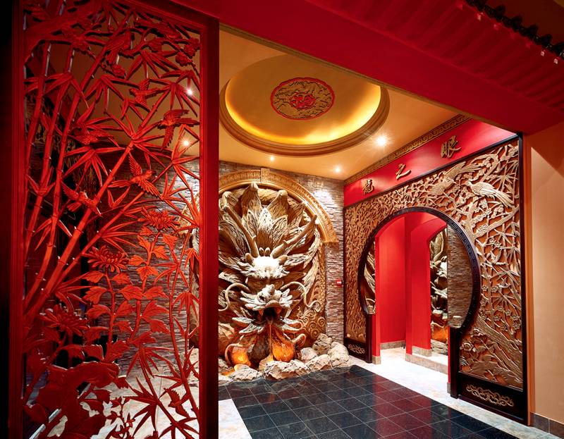 Китайский стиль – сложные барельефы, иероглифы, золото в сочетании с красным цветом