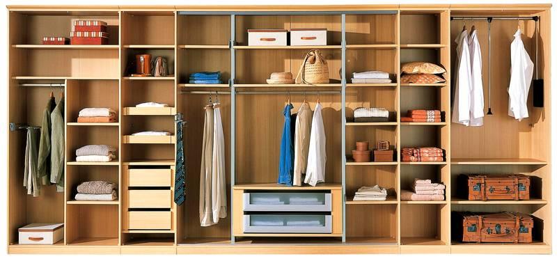 Если в шкафу планируется хранить верхнюю одежду и платья, высота размещения штанги должна быть не менее полутора метров
