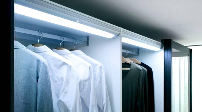 Для удобства внутри шкафа можно организовать подсветку. Она будет включаться при сдвигании дверцы