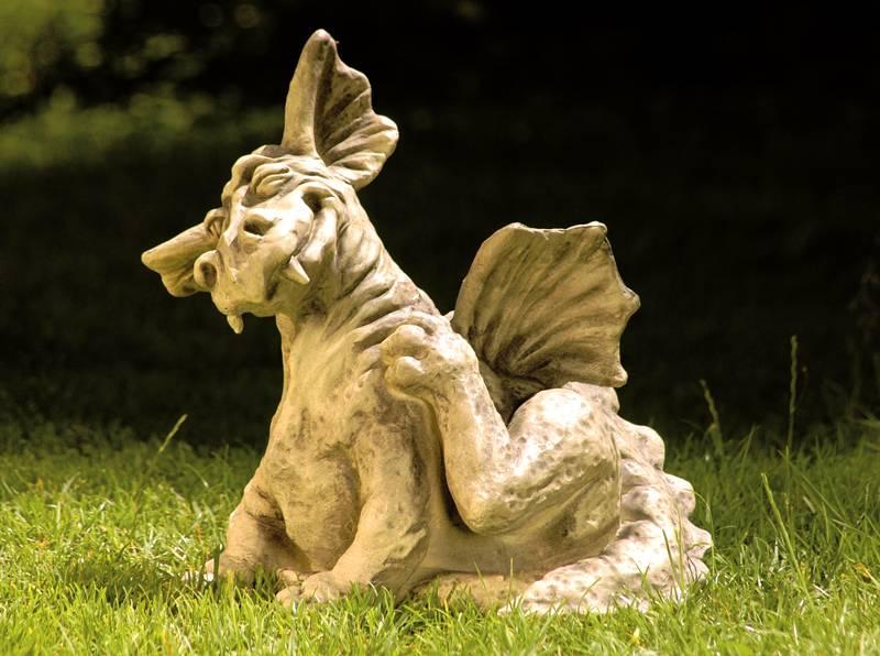 Из пенопласта можно вырезать даже такого дракона. Если покрасить шпатлёвку краской по металл, фигура будет казаться внушительней