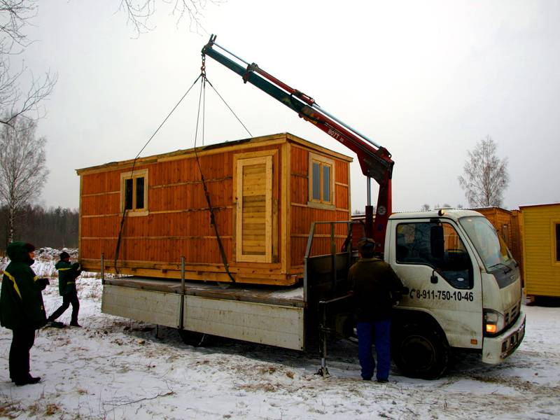 Поставщик поможет установить вагончик при помощи крана-манипулятра