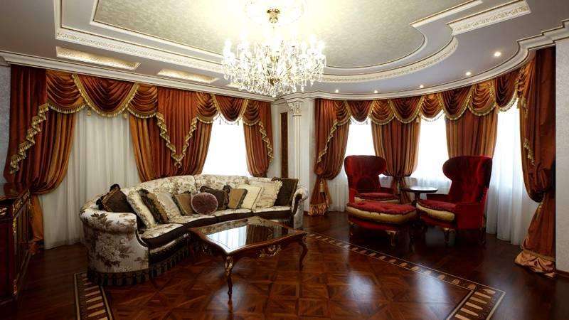 Красно-коричневые оттенки действительно ассоциируются с богатой отделкой комнаты