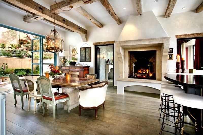 Фото дизайна загородного дома внутри: допустимо применение в одном помещении мебели из разных наборов