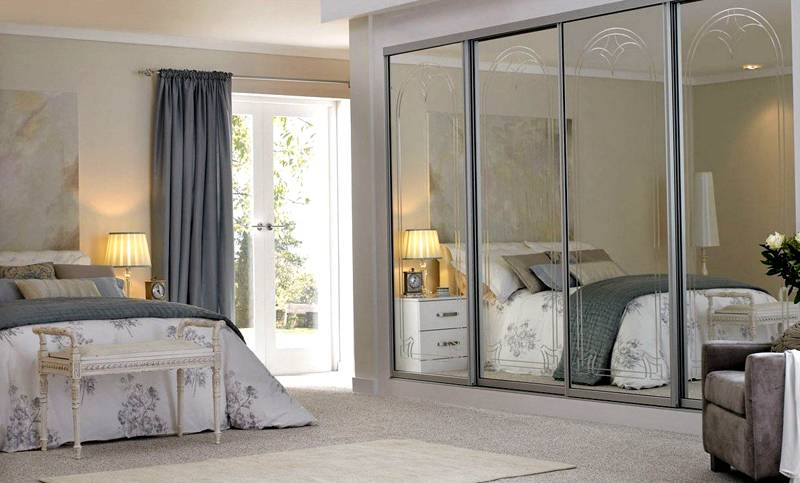 В таком объемном месте хранения можно держать не только одежду, но и постельное белье, запасные подушки и одеяла