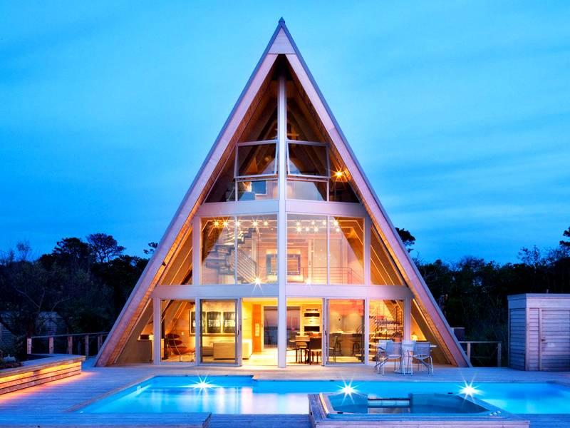 Алюминиевый каркас позволяет осуществить практически любые задумки дизайнеров, как на фото. Дом с панорамными окнами из алюминиевого профиля