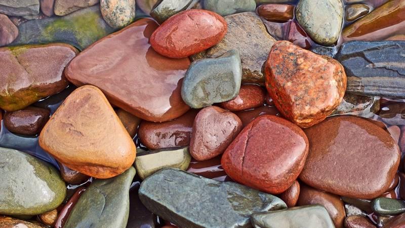 Если природная окраска камня достаточно яркая, фон можно не наносить