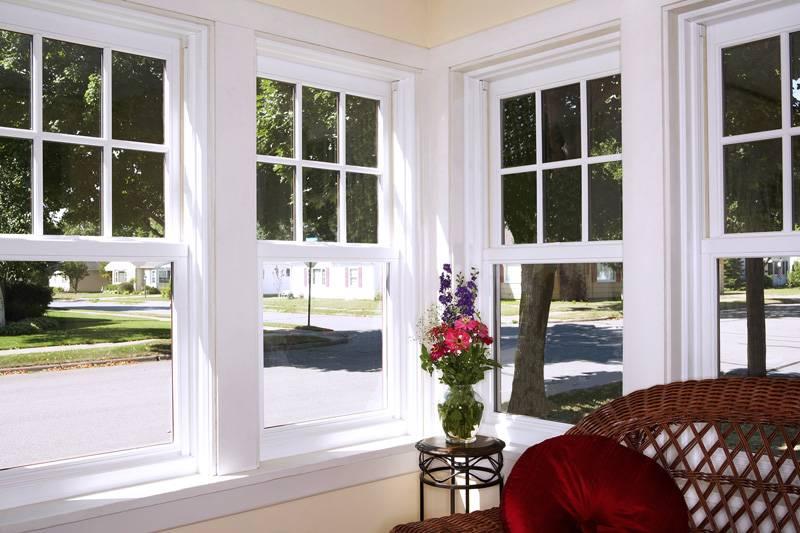 Деревянные рамы в окнах можно узнать по более широкому профилю, но если работа выполнена настоящим мастером, такие окна станут украшением фасада