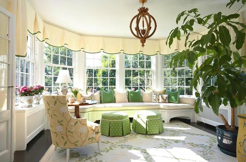 Пара кресел и журнальный столик в эркере – уютное место для созерцания. Кресла можно повернуть к окну или наоборот, как вам больше нравится