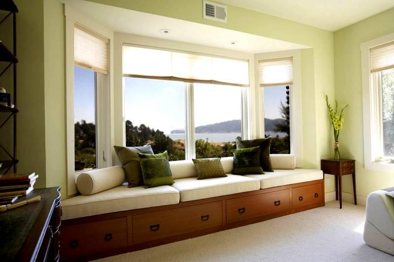 Невысокий диван в эркере – место для отдыха и чтения. В нем можно предусмотреть выдвижные ящики для хранения вещей