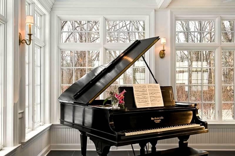 Любители музицировать оценят эркер как своеобразную сцену. Здесь можно разместить рояль или другие музыкальные инструменты. Добавить колорита помогут шторы с драпировкой