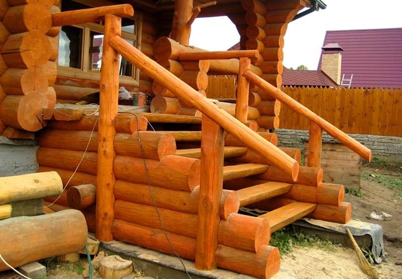Деревянное крыльцо для частного дома: на фотографии видны ступени, установленные в пазах