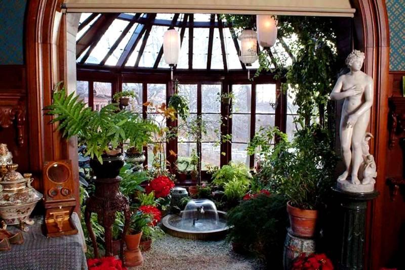 Зимний сад в эркере – украшение дома. Благодаря хорошему освещению, домашние растения будут цвести и радовать своих хозяев пышной зеленью