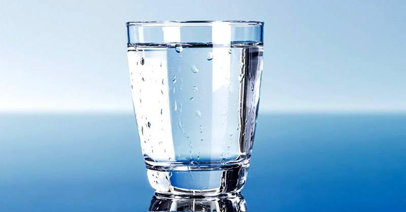 Сигнализатор влажности на поверхности стакана с водой