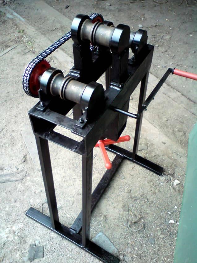 Для вальцовки применяют механизм с тремя роликами, которые закреплены подвижно