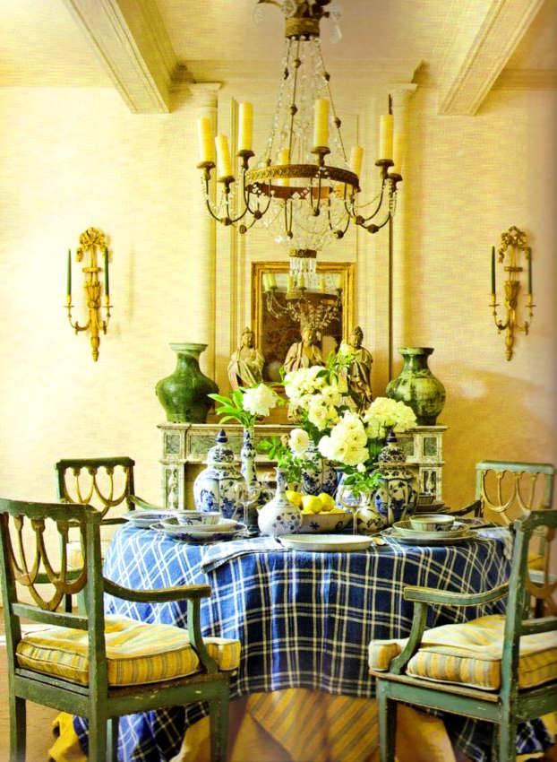 Если нет старинной мебели, на поверхностях новых изделий специально создают декоративные дефекты