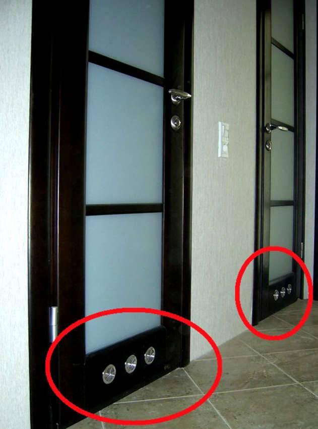 Если невозможно поднять полотно на 20-25 мм над уровнем пола, устанавливают подобные вентиляционные устройства