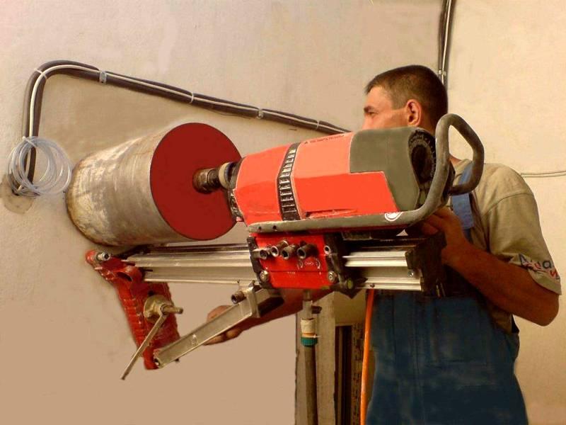 Для работы с толстыми «капитальными» стенами рекомендуется использовать перфоратор и соответствующую насадку