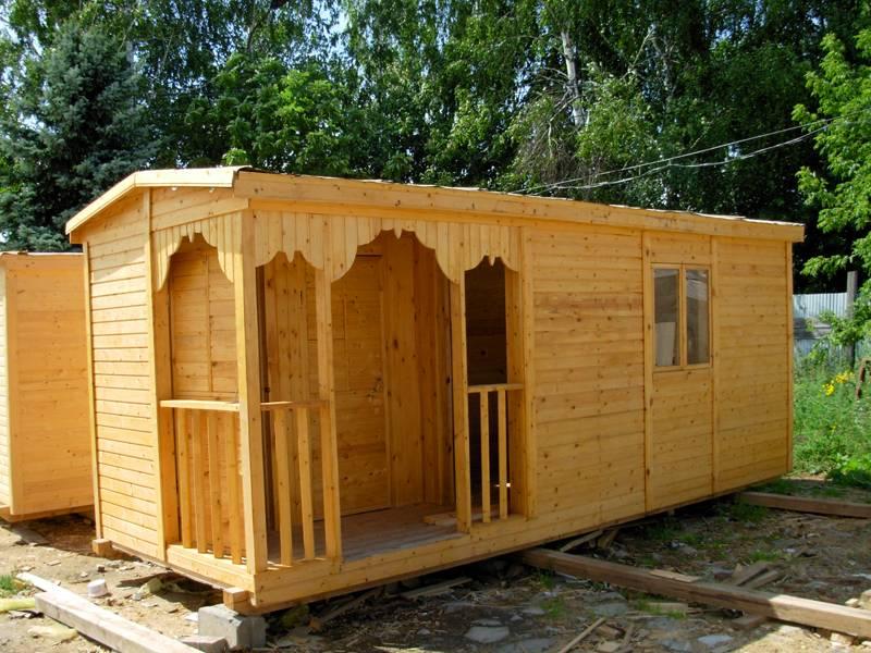 Высота домика может быть от двух метров (эконом вариант) до двух с половиной (стандарт)