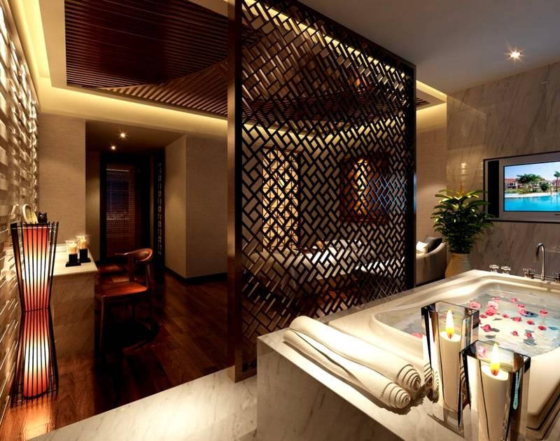 Если деревянные детали устанавливают в ванной комнате, их защищают от влаги специальными пропитками и поверхностными слоями