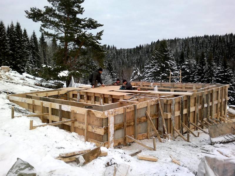 Залитый в зимнее время фундамент нужно дополнительно утеплить