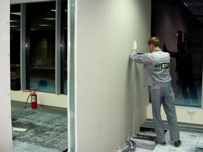 После завершения монтажа плит щели и неровности устраняют с применением строительного раствора