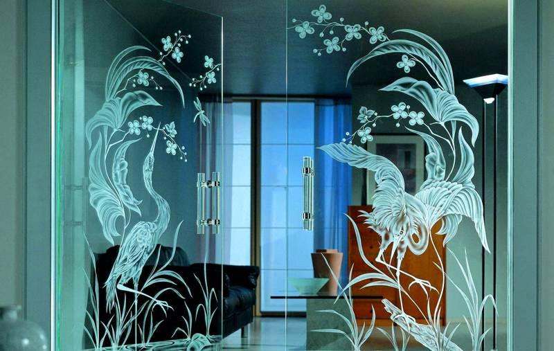 Большой зеркальный шкаф в прихожей украшен изображениями птиц