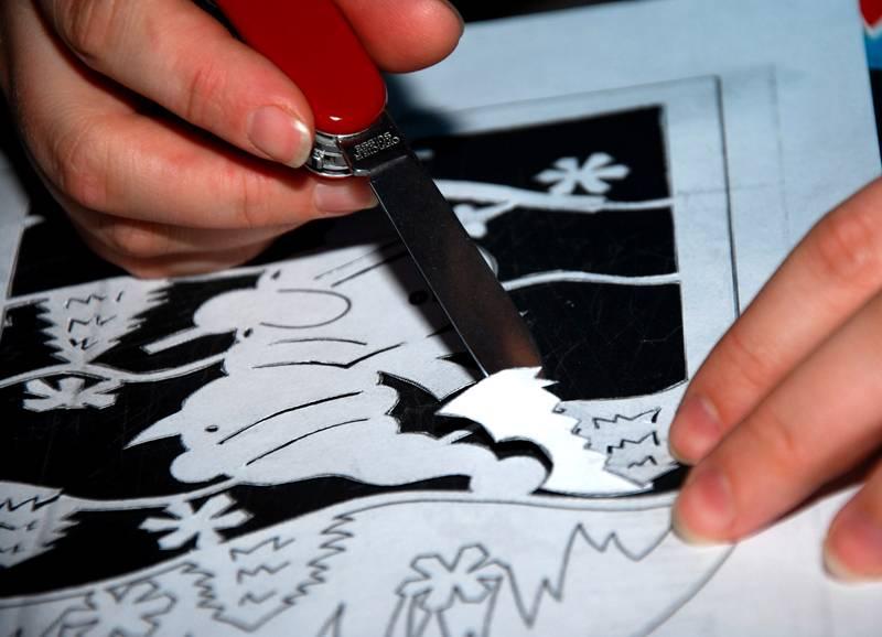 Ещё один способ перенесения рисунка – продавить контур на картоне сквозь распечатку или прорезать его канцелярским ножом