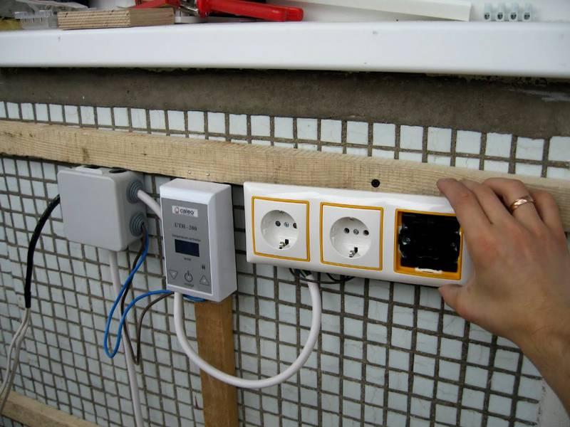 Розетки в блоке с выключателем и регулятор системы «теплый пол»