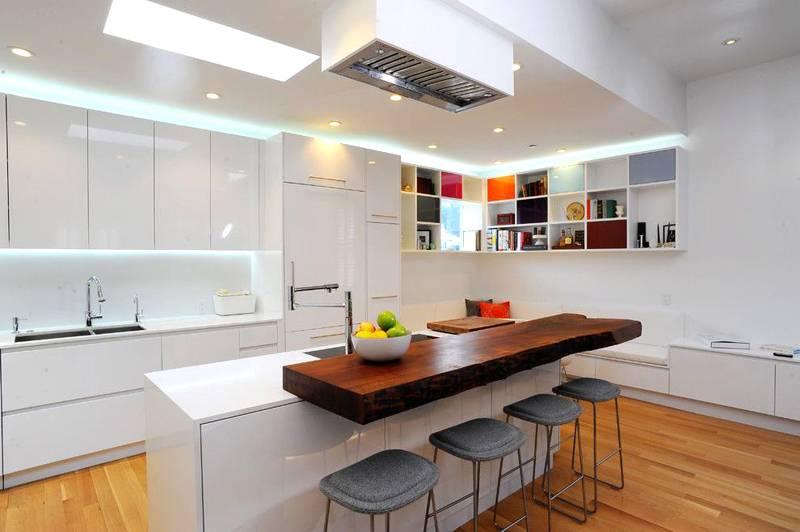 Светом можно создать «разрывы» пространства в других местах, под потолком, в центральной части кухонного гарнитура