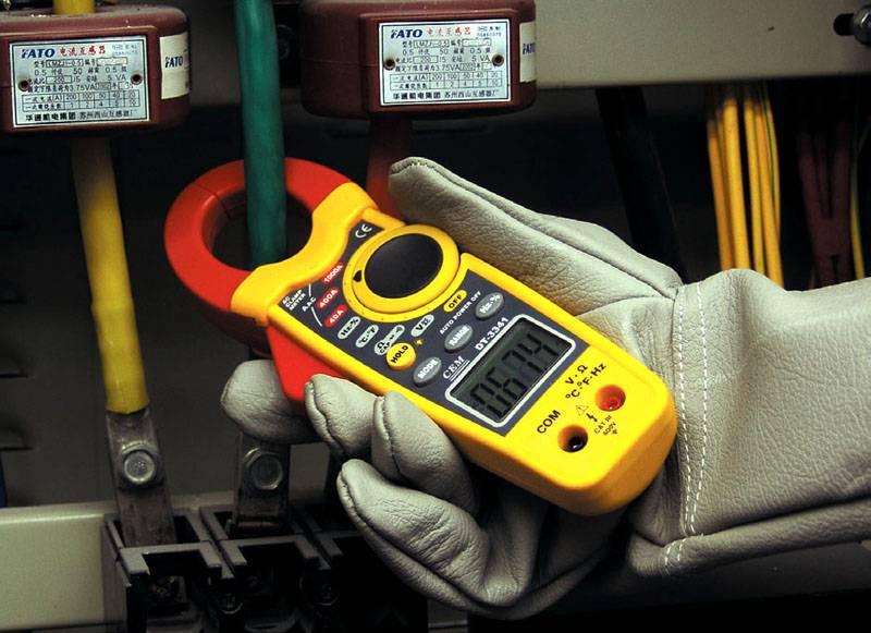 Особое приспособление («клещи») для измерения тока в проводнике