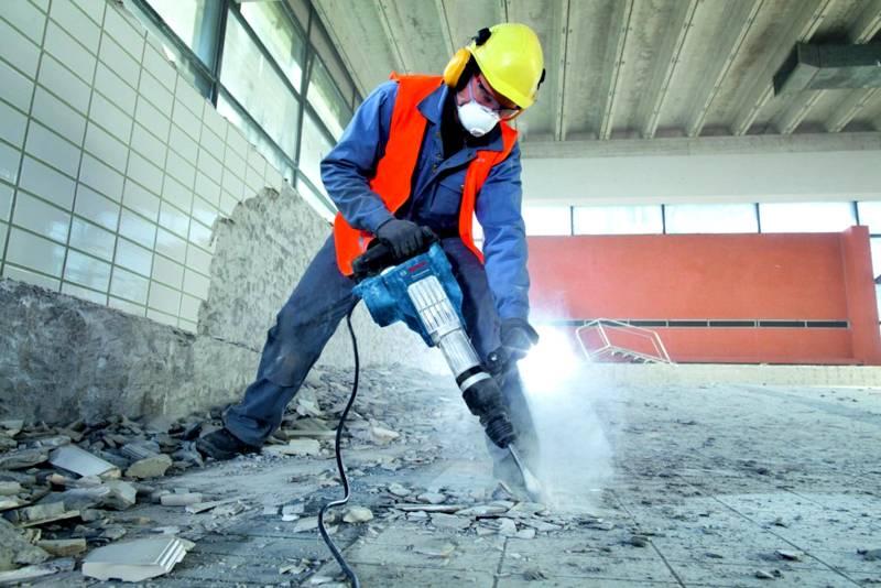 Разборка бетонной стяжки – тяжелая работа